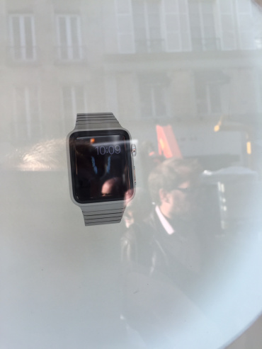 apple pokazala apple watch v parizh za sklom 1 - Apple показала Apple Watch в Парижі. За склом